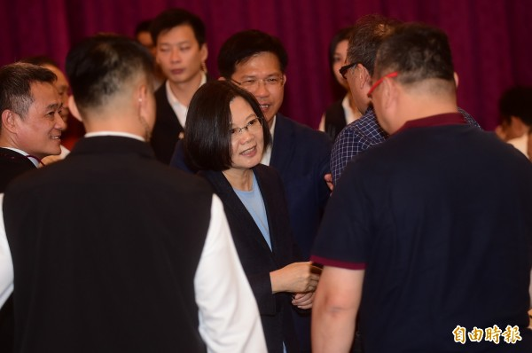 總統蔡英文選後到各縣市開檢討會,明天下午2點在台灣中油嘉義訓練所跟民進黨幹部、各行業代表座談。圖為蔡英文到台中聆聽林佳龍及輔選團隊心聲。(資料照)