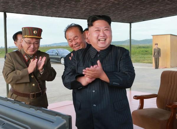 因應聯合國安全理事會加強制裁北韓案,法務部今日邀集國安局等機關召開反資恐防制的專案會議,經會中決議,首度啟動目標性金融制裁措施。圖為北韓領導人金正恩(前)。(美聯社)