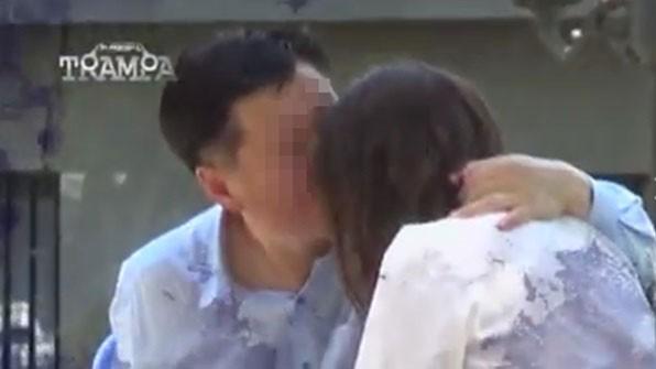 智利電視台派一名女演員假扮未成年少女,臥底「採訪」,18日播出內容顯示,朴姓外交官對女演員動手動腳。(圖取自《KBS》)