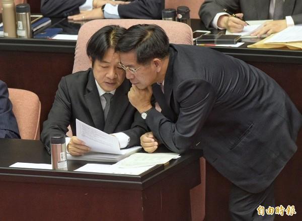 行政院長賴清德也向潘文忠關心國語日報的狀況。(記者張嘉明攝)