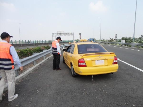 屏東監理站加強取締未按表收費的計程車。  (屏東監理站提供)