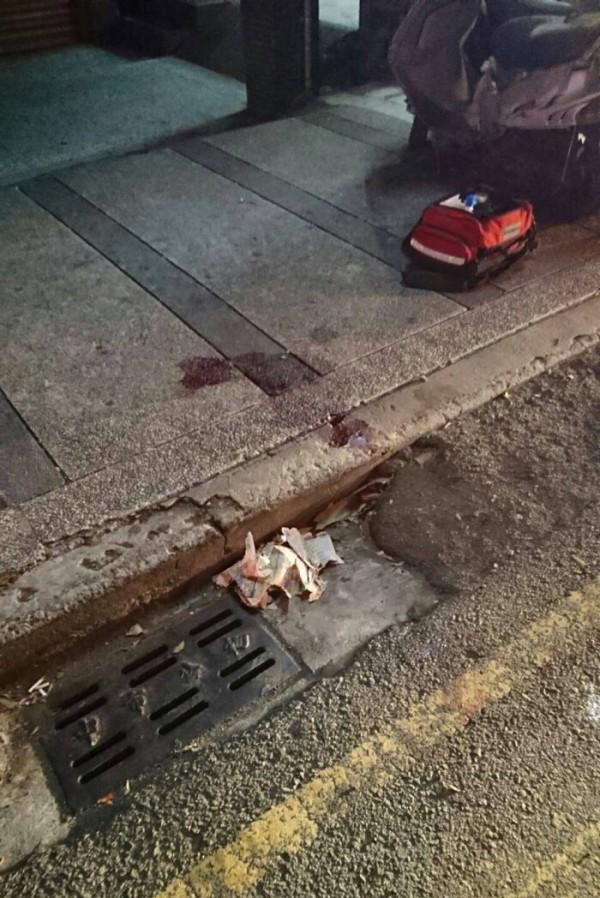 男子渾身是血被丟包全民醫院前,人行道上血跡斑斑。(記者許國楨翻攝)