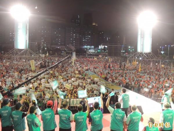勞動者之夜吸引超過300個工會、超過兩萬勞工朋友與支持者參與,民進黨籍高市立委、及所有高市議員候選人也全部到場。(記者王榮祥攝)