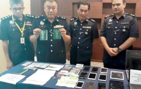 警方指出3名台灣人年紀均在20歲至27歲之間,他們藉由觀光簽證入境馬來西亞,當地馬來人則負責騙取銀行帳戶。(圖取自《新海峽時報》)