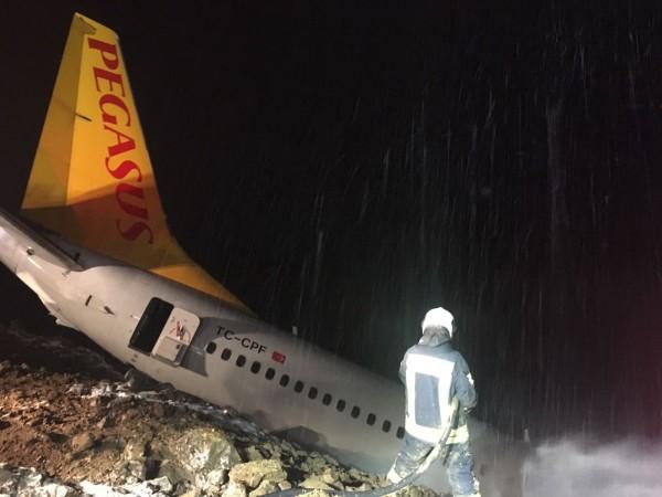 這架飛機當晚在特拉布宗(Trabzon)機場降落時,疑似因為晚間飄著霧雨,飛機降落時竟滑出跑道,機身傾斜且受損冒煙。(歐新社)