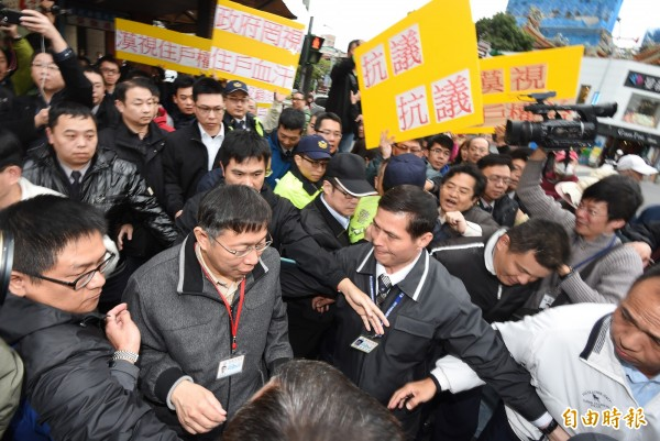 台北市長柯文哲6日下午出席聯開宅釋出記者會,並參觀樣品屋,離去時遭住戶包圍抗議。(資料照,記者劉信德攝)