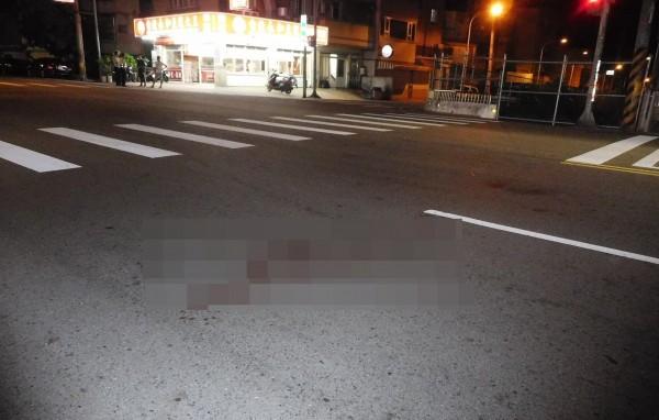 桃園市楊梅區發生兇殺案,地上留有斑斑血漬。(記者李容萍翻攝)