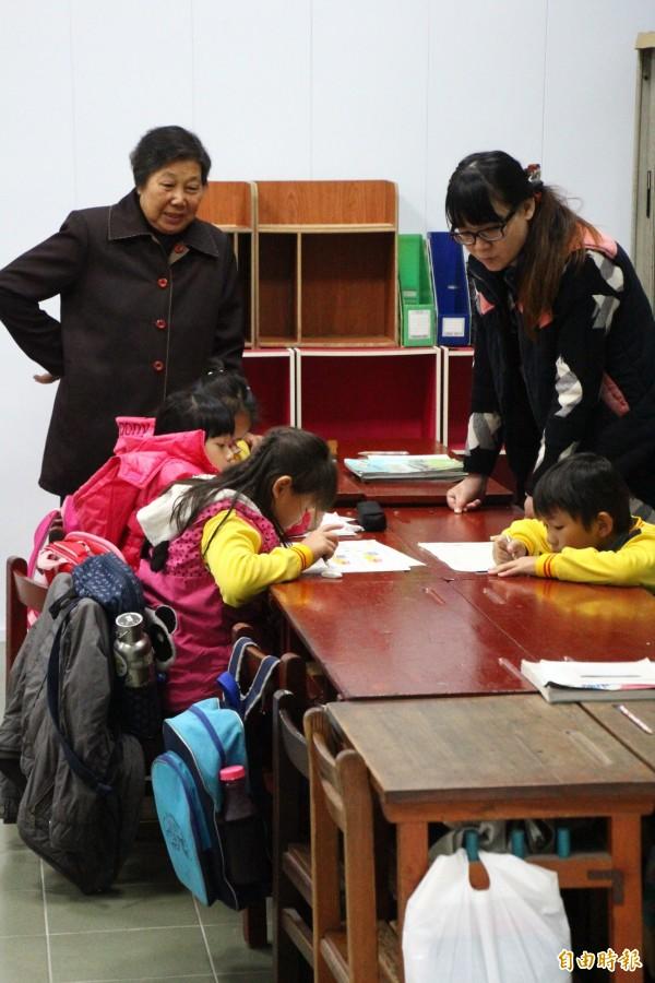闕戴淑媺(左)長期照顧弱勢孩子。(記者林宜樟攝)