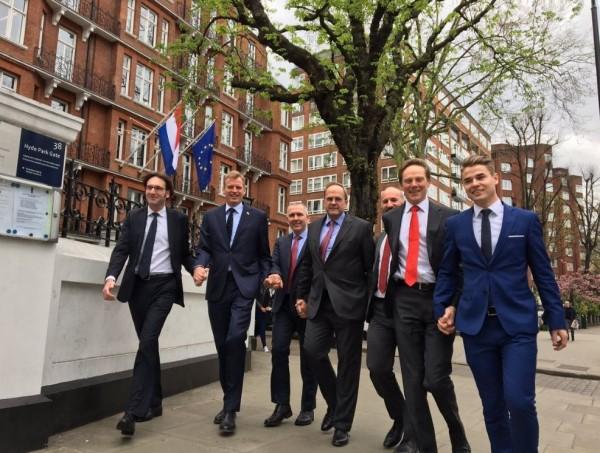 荷蘭民眾在網路上發起「牽手照」運動,力挺同志人權,獲得熱烈迴響,包括荷蘭駐倫敦大使館都牽手響應。(圖擷取自@raymondbraun推特)