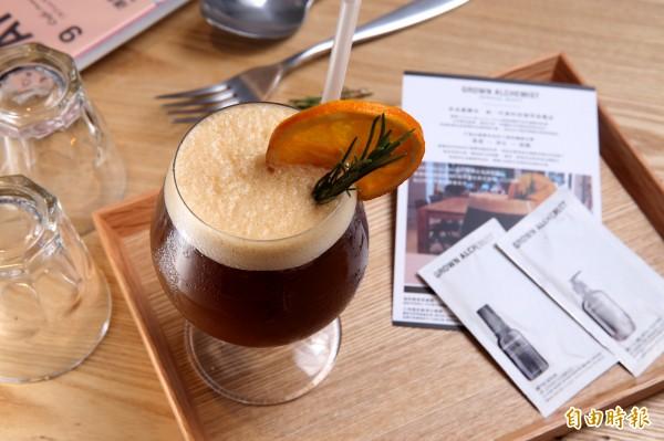 「橙啡蒔光」使用自家醃漬的甜橙調和美式咖啡,口感滑順且充滿果香的清甜,微酸滋味讓這款飲品推出後,成為啡蒔的暢銷品。(記者臺大翔攝)