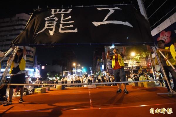 桃園空服員職業工會去年6月聚集於南京東路的華航台北分公司罷工示威。(資料照。記者方賓照攝)