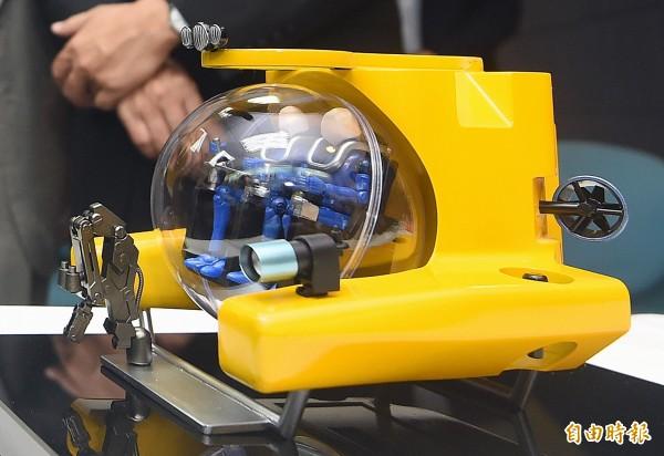 國立中山大學、國研院台灣海洋科技研究中心、國防大學理工學院、中信造船及台船5單位,計畫用5年時間研發全台第一艘由國人自製的載人潛艇。圖為潛艇模型。(記者廖振輝攝)