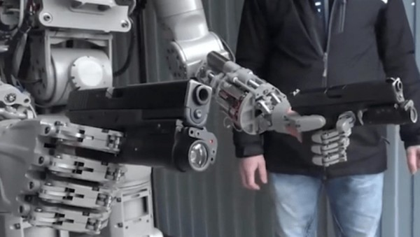 俄羅斯太空機器人菲德(FEDOR)持雙槍射擊。(取自YouTube)