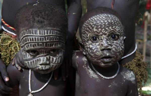 加洛瓦(Jarawa)部落小孩。(取自《The Sun》)