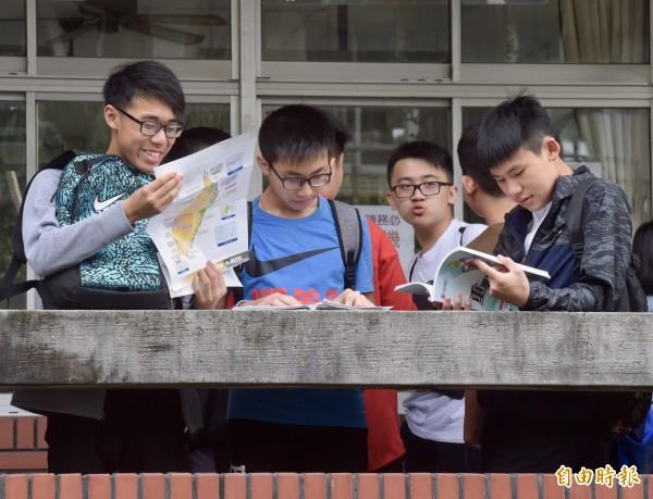 教育部國教輔導團老師分析今年國中會考社會科試題,重視圖表的資料運用,評量學生解讀圖表的能力。(記者黃耀徵攝)