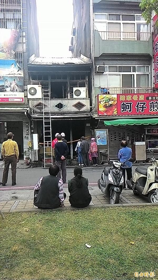 嘉義市消防局人員今回北榮街火災現場進行鑑識。(記者王善嬿攝)