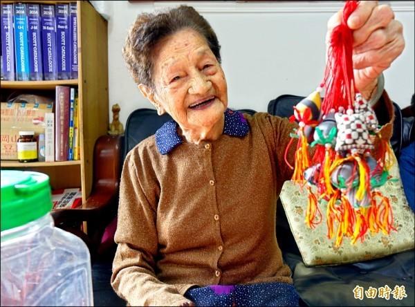 「香包阿嬤」陳施煌梅,90年來送出逾10萬個親手縫製的香包。(記者劉曉欣攝)
