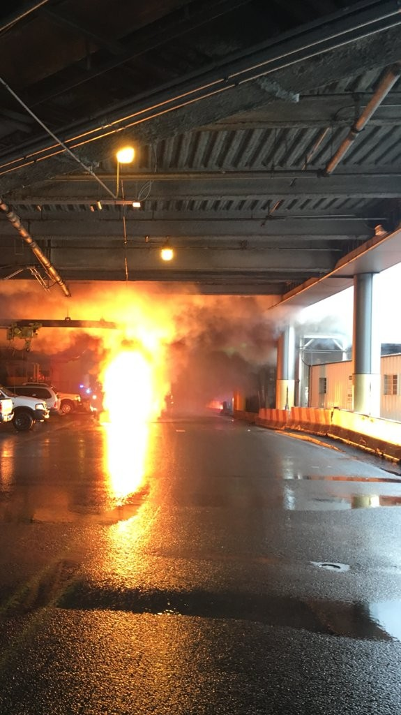 美國紐約紐華克自由國際機場在當地時間12日上午發生爆炸事件,濃煙瀰漫機場大廳,導致一座航廈一度關閉。(圖擷取自推特)