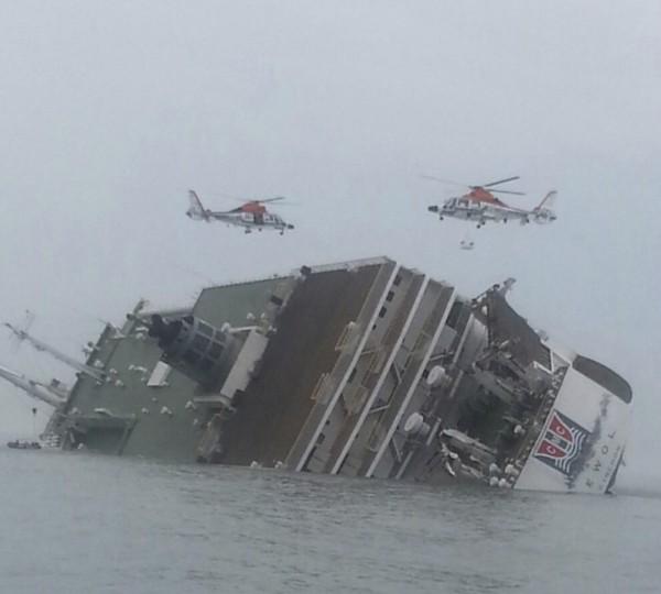 南韓2014年4月世越號沉沒造成299死5失蹤,一個最新公布的紀錄片驚爆,有可能是因為潛艇撞擊才會造成世越號悲劇,對此南韓國防部已出面否認。(路透)