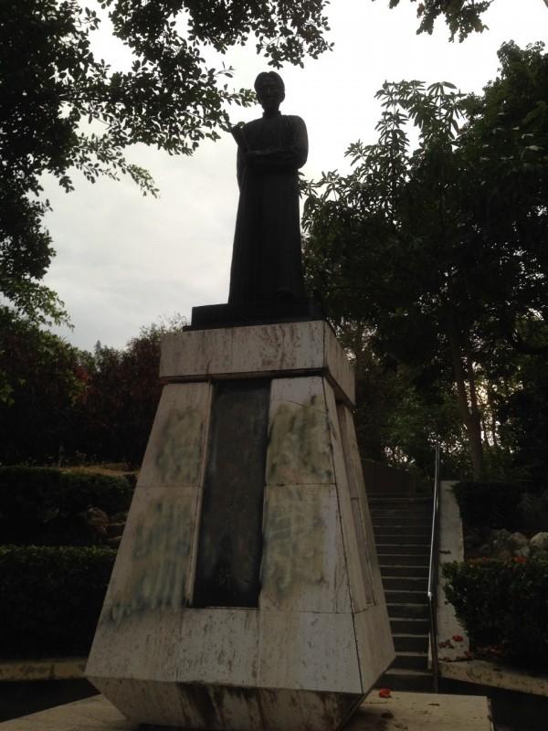 台南市中山公園連雅堂銅像遭塗鴉,主管機關已經在清理現場,但仍留下痕跡。(記者黃文鍠翻攝)