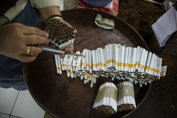 俄羅斯政府擬頒布全新禁菸令,2015年後出生的公民終身不得購買菸草。(法新社)