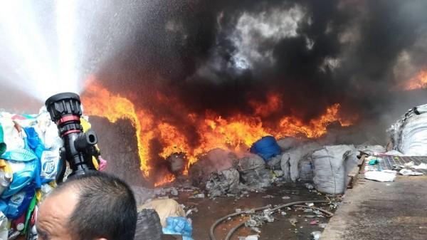 新北市淡水區淡金路四段151號資源回收場發生火警。(圖擷取自「新北消防發爾麵 」臉書粉專)