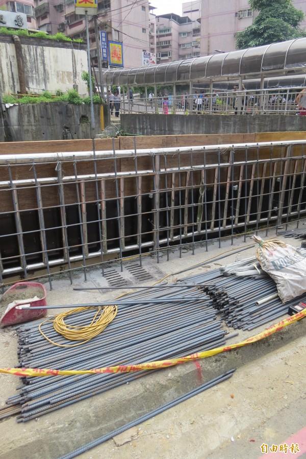 水利署積極建置大武崙溪防洪堤,希望下次豪大雨來臨前能發揮功用,減緩淹水災情。(記者俞肇福攝)