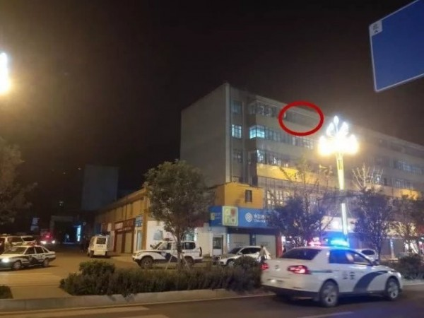 兇嫌將一對男女童從5樓窗口(紅圈處)推下樓。(擷取自中國凱迪網路論壇)