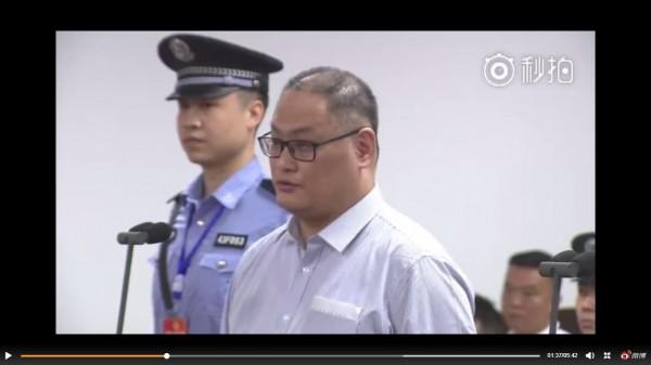 中國直播我非政府組織工作者李明哲,在中國湖南省岳陽市中級人民法院認罪過程。(取自網路直播畫面)