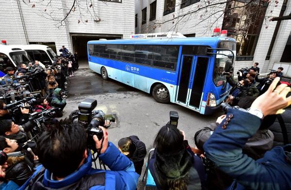 「堅果案」開庭在南韓備受矚目,不僅趙顯娥搭乘的監獄巴士一抵達法院就被媒體團團圍住,連旁聽席也坐滿人。(法新社)