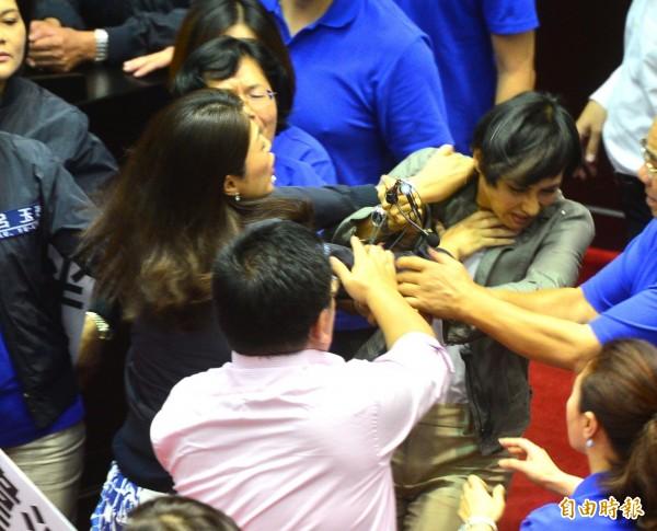 民進黨立委邱議瑩(圖右)日前遭國民黨立委許淑華攻擊。(資料照,記者王藝菘攝)
