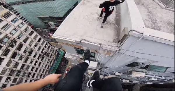 國外專業跑酷團體在香港大樓間玩跑酷,場面驚險。(圖擷取自youtube)