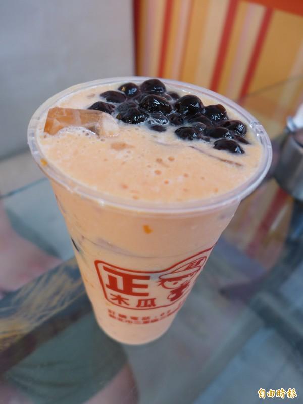 「正章肉圓」店內供應「珍珠木瓜牛奶」,將過往多是應用在茶類飲品上的粉圓用在木瓜牛奶中,是店內的熱銷飲品。(記者李雅雯攝)