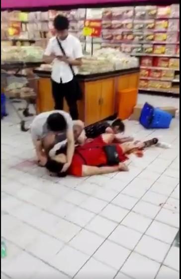 中國深圳一間超市發生縱火及持刀傷人案,據傳已造成2死9傷。(圖擷取自推特影片)