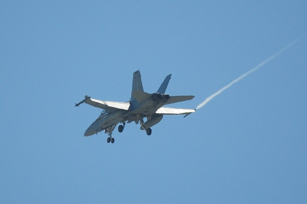 台南飛機迷拍下美國F-18戰鬥機(左機翼掛彈)飛越台南上空、先降落台南機場。(記者王俊忠翻攝)