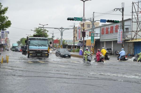 台南暴雨,仁德多處道路積水,大小車輛搶行,險象環生。(記者吳俊鋒攝)