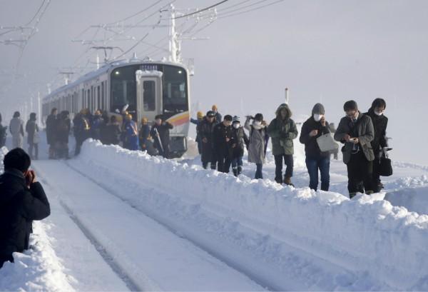 日本新潟縣三條市一列電車被大雪阻路,430名乘客受困15小時。(路透)
