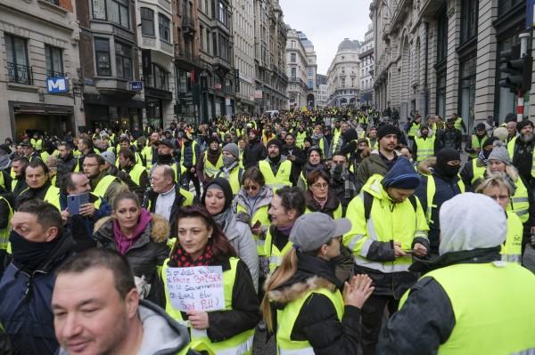 繼法國發起反對油價上漲的「黃背心」抗議活動後,11月30日時,比利時布魯塞爾市中心也出現數百名身著黃背心的示威者。(歐新社)