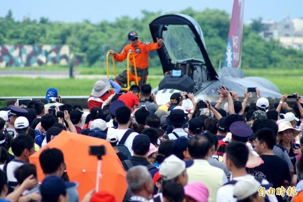 雷虎小組空中特技操演讓觀眾驚呼連連,不過近日剛好發生F16飛官夾帶花蓮麻糬事件,讓飛官被媒體追問,「會不會帶伴手禮?」(記者黃佳琳攝)
