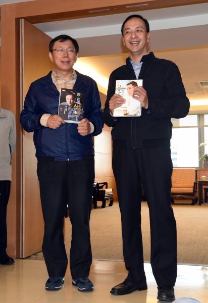 準台北市長柯文哲(左)下午拜會新北市長朱立倫(右),會談前兩人交換彼此的著作,氣氛融洽。(記者羅沛德攝)
