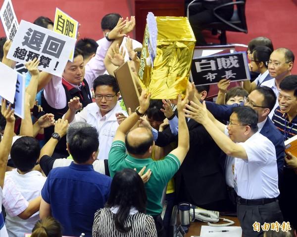 台北市長柯文哲(右)15日前往議會作施政報告,遭國民黨議員抗議。(記者方賓照攝)