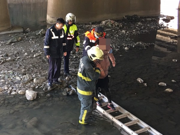 一名年約40多歲婦人跳橋尋短,所幸沒有大礙,但情緒低落。已由消防人員送醫。(記者廖雪茹翻攝)