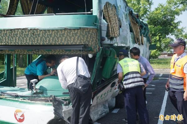 阿羅哈客運昨深夜在國道一號北上岡山段發生6死11傷的重大車禍。圖為檢察官在針對事故車輛調查事故起因。(記者黃佳琳攝)
