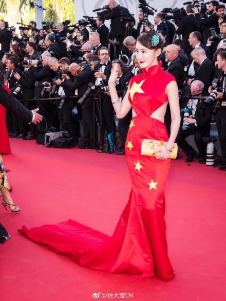 徐大寶穿著自己設計的禮服走紅毯。(圖取自徐大寶微博)