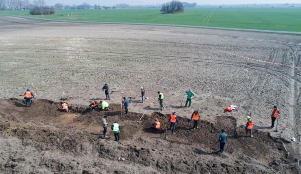 考古機構在尋獲銀幣的地點,進行400平方公尺面積的挖掘工作。(法新社)