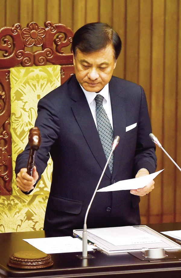 Legislative Speaker Su Jia-chyuan strikes the gavel at the legislature in Taipei yesterday after lawmakers passed an amendment to the Medical Care Act. Photo: Chien Jung-fong, Taipei Times