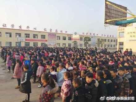 中国安徽省泗县一所中小学校长特地在耶诞节当天,于升旗典礼上,发表「耶诞节是中国人的耻辱」的演讲。(图撷取自微博)