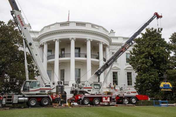 白宮西廂辦公室近期進行大規模翻修,包括空調、通訊設備、油漆、地毯等項目,預計花上2週時間施工。(美聯社)