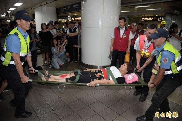 因應世大運來臨,北市府今晚在台北車站進行演練,模擬台鐵遭放爆裂物等情況。(記者黃耀徵攝)