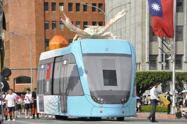 新北市國慶花車,設計概念以輕軌列車結合萬里蟹和天燈,在網路上引發熱議。(圖擷自「中華民國 讚國慶」臉書粉絲頁)